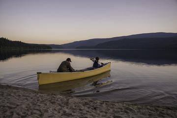Vater und Sohn beim Fischen in Kanada;