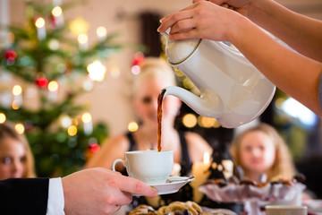 Familie, Kaffeekanne bei Kaffeetafel zu Weihnachten