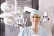 Weiblich Chirurg im OP-Saal Chirurgin