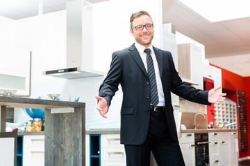 Verkäufer für Küchen im Möbelhaus