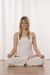Blonde Frau macht Yoga-Übung, Porträt