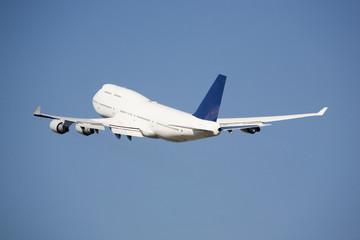 Flugzeug fliegt in den blauen Himmel,