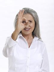 Frau, Seniorin, die Geste mit der Hand
