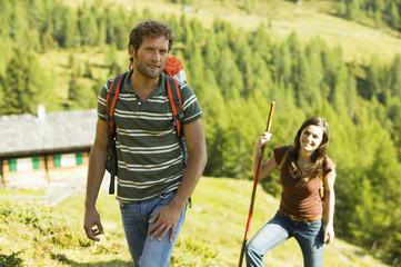 Junges Paar in den Bergen