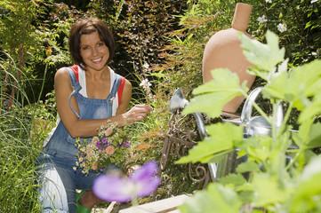 Junge Frau im Garten