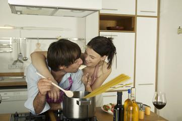 Junges Paar kochen Spaghetti