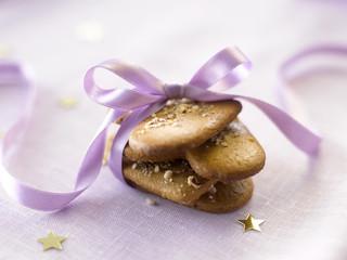 Kekse mit rosa Geschenkband, close-up