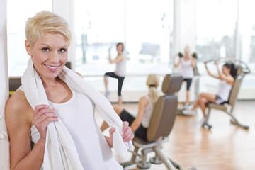 Deutschland, Weibliche Dozentin im Fitness-Studio, Lächeln, Portrait