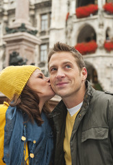 Deutschland, Bayern, München, Paar, Frau küsst Mann auf die Wange