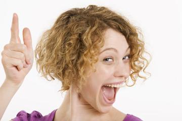 Gestikulieren der jungen Frau, lachen, Porträt
