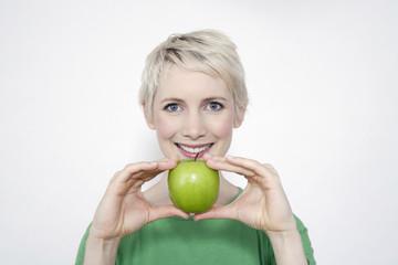 Frau mit grünem Apfel, Portrait