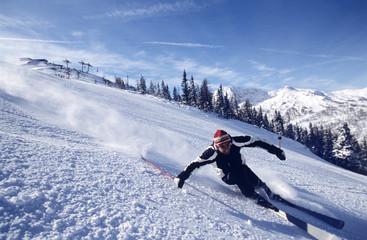 Mann beim Skifahren bergab, Abfahrt