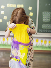 Mädchen (6-7) blickt in die Schultüte