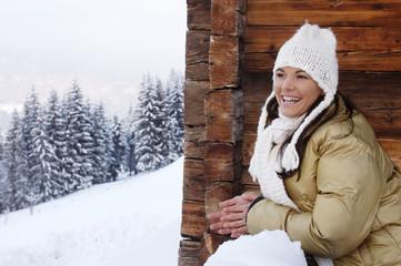 Junge Frau im Schnee, lächelnd