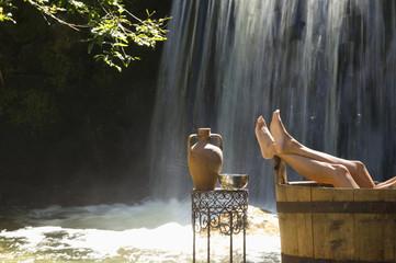 Frau in der Natur, in Badewanne, enstpannt nackt