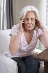 Frau, Seniorin, die Hände auf die Stirn, Portrait