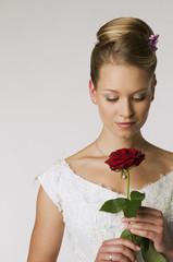 Junge Braut mit einer Rose, Porträt