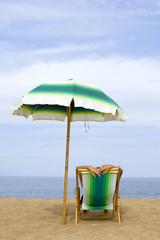 Frau liegt im Liegestuhl am Strand