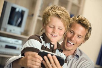 Vater und Sohn, Blick auf Handy