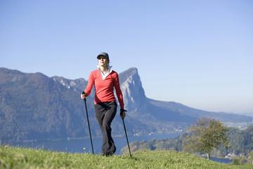 Frau beim Nordic Walking, Österreich, Alpen