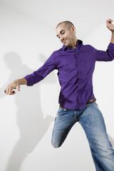 Deutschland, Junger Mann springen in der Luft, Portrait
