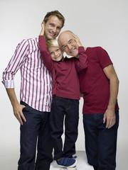 Enkel umarmen Vater und Großvater Opa, Portrait