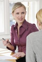 Geschäftsfrauen im Büro, im Gespräch