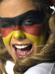 Frau mit deutscher Flagge auf Gesicht gemalt, Fußballfan