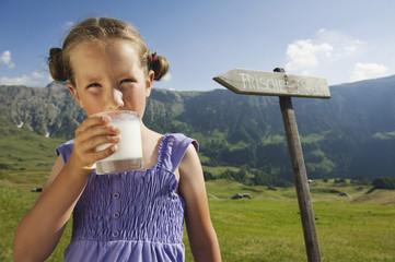 Italien, Südtirol, Seiseralm, Mädchen mit einem Glas Milch