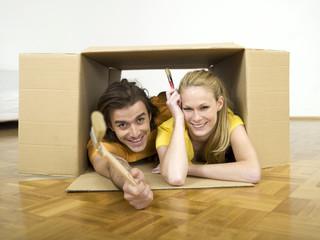 Paar liegen im Karton halten Bürsten