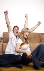 Fußball-Fans gucken Fussballspiel im Fernsehen