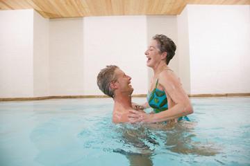 Älteres Paar im Schwimmbad, Porträt