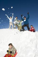Italien, Südtirol, Seiseralm, Familie im Schnee, Spaß, Junge auf Schlitten