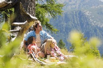 Österreich, Salzburger Land, Eltern und Sohn (8-9) picknicken