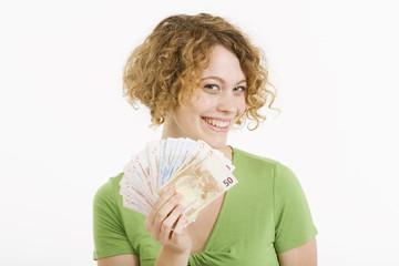 Junge Frau mit Euro-Banknoten, Portrait