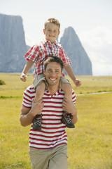 Italien, Seiseralm, Vater mit Sohn auf seiner Schulter, Lächeln, Portrait