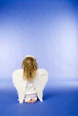 Mädchen als Engel gekleidet,