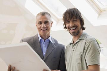 Zwei Männer mit Bauplan, Lächeln, Portrait