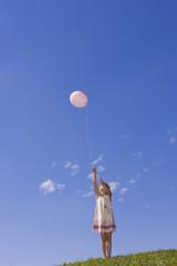 Mädchen lässt Ballons steigen, Luftballons