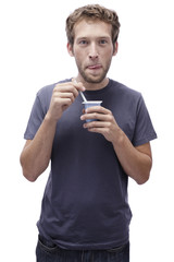 Junger Mann mit Joghurt, Portrait