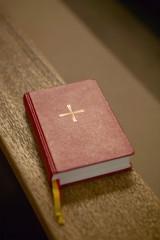 Bibel auf der Bank