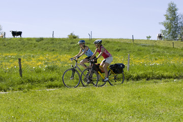 Deutschland, Bayern, Oberland, Zwei Frauen mit Mountainbike