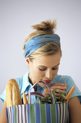 Frau mit Einkaufstasche mit Baguette und Karotten
