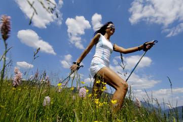 Frau jung Nordic Walking Wiese, Deutschland, lächeln,