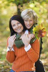 Mutter und Sohn umarmen, Portrait