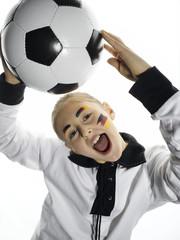 Deutscher Fußballfan hält Fußball
