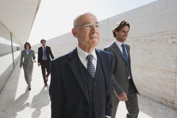 Spanien, Geschäftsleute zusammen spazieren gehen