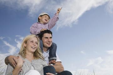 Deutschland, Schleswig Holstein, Amrum, Familie mit Sohn (3-4), Porträt,
