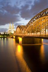 Deutschland, Köln Skyline an der Dämmerung