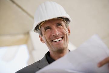 Mann hält Bauplan